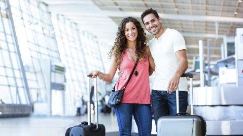 Pareja disfruta de su viaje con tranquilidad, evitando cualquier imprevisto con estos consejos de seguridad.