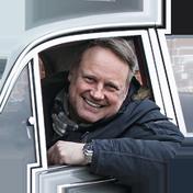 Coleccionista conduce su vehículo clásico protegido con su seguro de coche Helvetia.